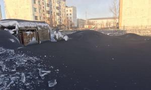 Tuyết biến thành màu đen như gỗ mun ở Nga chỉ sau một đêm