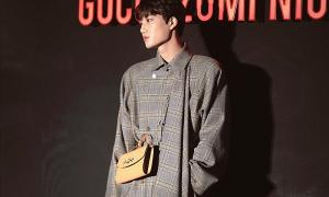 Kai (EXO) gây tranh cãi khi đeo túi phụ nữ dự sự kiện
