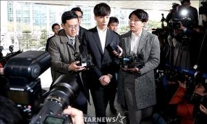 Roy Kim sụt cân, phờ phạc khi đến trình diện ở đồn cảnh sát
