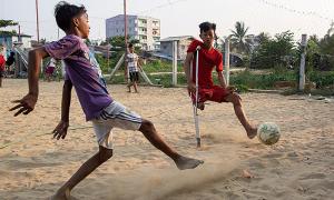 Cậu bé Myanmar chống nạng chơi bóng siêu phàm