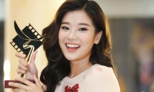 Hoàng Yến Chibi vui sướng nhận cup Cánh Diều Vàng
