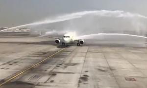 Xịt vòi rồng chào mừng, sân bay Dubai vô tình làm hỏng máy bay Arab Saudi