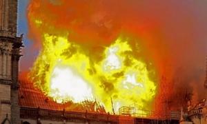 Khoảnh khắc lửa nuốt trọn Nhà thờ Đức Bà Paris