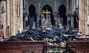 Khung cảnh đổ nát bên trong Nhà thờ Đức Bà Paris