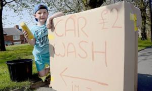Cậu bé 7 tuổi rửa xe để mua hoa cho đám tang của bà