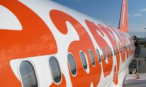 Cố mở cửa máy bay khi đang bay ở độ cao 10.000 m, một người đàn ông bị trói giữ