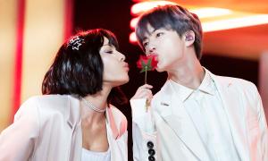 Jin (BTS) khiến fan ngẩn ngơ với khoảnh khắc cầm hoa hồng tại BBMAs