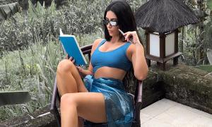 Kim Kardashian thành trò cười khi tỏ vẻ trí thức lúc đọc sách