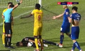 Giả chấn thương để 'câu giờ', thủ môn Việt khiến đội nhà phải trả giá