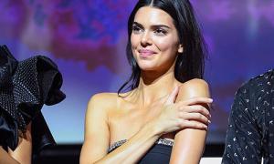 Kendall Jenner khổ sở giữ váy sắp tuột khi diễn thời trang ở Cannes
