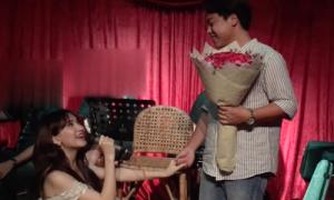 Bạn trai lúng túng khi được Hòa Minzy 'cầu hôn'