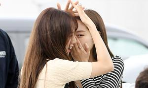 Jennie khoe eo thon, 'tình tứ' cùng Ji Soo ở sân bay