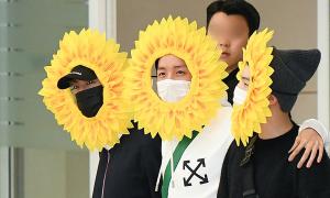 BTS gây cười tại sân bay khi trở về Hàn Quốc