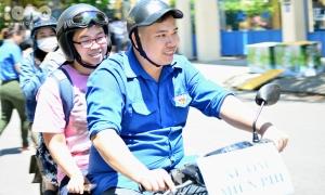 Đoàn xe ôm miễn phí phục vụ sĩ tử ở Đà Nẵng
