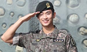 Kim Soo Hyun phong độ trong ngày xuất ngũ
