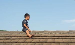 Sợ phải cắt bao quy đầu, cậu bé 5 tuổi cố thủ trên... mái nhà