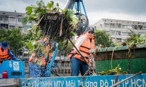 Thí sinh Miss World Việt Nam chui ống cống làm công nhân vệ sinh