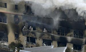 Người hâm mộ cầu nguyện cho nạn nhân vụ cháy xưởng phim Nhật Bản