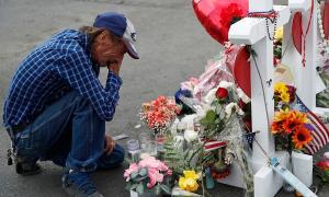 Chồng 'mời cả thế giới' dự tang lễ vợ vì không còn người thân
