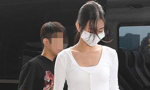 Jang Won Young lộ thân hình mảnh khảnh ở sân bay
