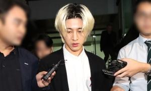 B.I lộ diện trước sở cảnh sát với gương mặt phờ phạc
