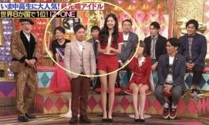 Jang Won Young 'dìm hàng' MC Nhật bằng đôi chân siêu thực