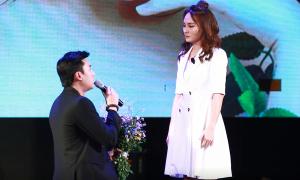 Vũ 'Về nhà đi con' diễn lại cảnh cầu hôn Thư tại fanmeeting
