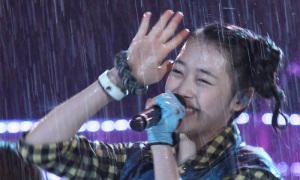 Màn biểu diễn trong mưa 'huyền thoại' của nhóm F(x)