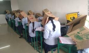 Trường học bị chỉ trích 'vô nhân đạo' vì bắt sinh viên đội hộp các-tông đi thi