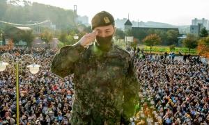 G-Dragon xuất ngũ trước sự chào đón của 'biển' fan