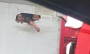 Xác minh hình ảnh người nhập cư Anh đục xe tải để 'lấy không khí'