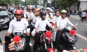 Fan diện đồng phục trắng, đi xe máy đưa Đông Nhi về nhà chồng