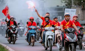 CĐV diễu hành, đốt pháo sáng trước trận Việt Nam - UAE