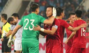 Văn Lâm ôm từng đồng đội sau chiến thắng trước UAE