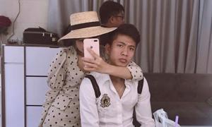 Phan Văn Đức cùng bạn gái đi thử váy cưới