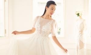 Hoàng Oanh thử váy cưới