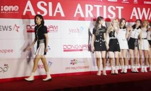 Yoona, Jeong Yeon (Twice) lơ ngơ đi lạc trên thảm đỏ AAA 2019