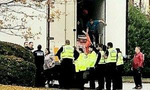 Anh bắt giữ xe tải chở 10 người di cư trong container