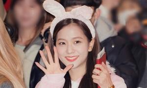 Ji Soo hóa thỏ hồng đáng yêu, Jennie 'mất tích' ở sân bay