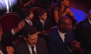 Hai quý tử phấn khích khi Messi nhận Quả Bóng Vàng 2019