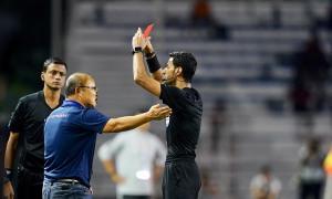 HLV Park nhận thẻ đỏ vì bảo vệ học trò