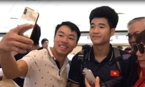U22 Việt Nam bị người hâm mộ vây khi chuẩn bị về nước