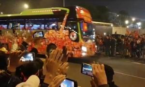 Người hâm mộ vẫy chào tuyển Việt Nam trở về ở sân bay