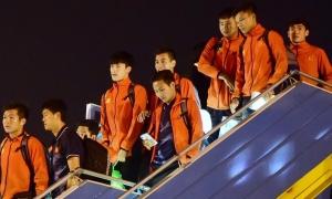 Tuyển bóng đá Việt Nam về nước trong sự chào đón của CĐV