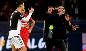 Ronaldo nổi đóa vì bị CĐV túm cổ áo