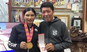 Văn Hậu được khen hiếu thảo khi tặng huy chương cho bố mẹ