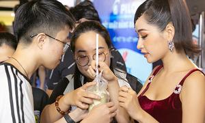 Chi Pu được fan 'tiếp tế lương thực' khi chạy show