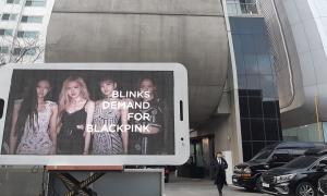 Fan Black Pink thuê xe tải gửi 'tối hậu thư' trước tòa nhà YG