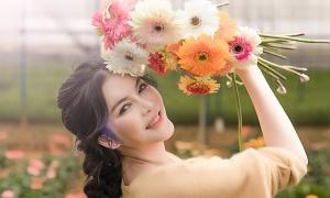 Lý Nhã Kỳ thu hoạch hoa tại Đà Lạt