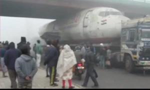 Máy bay cũ mắc kẹt dưới gầm cầu vượt